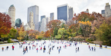 Papier Peint - Ice skaters having fun in New York Central Park in fall