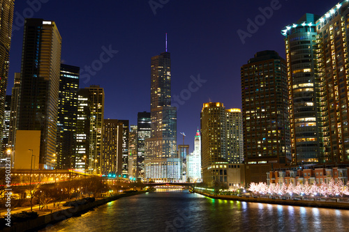Papier Peint - Chicago River with riverwalk at night, IL, USA