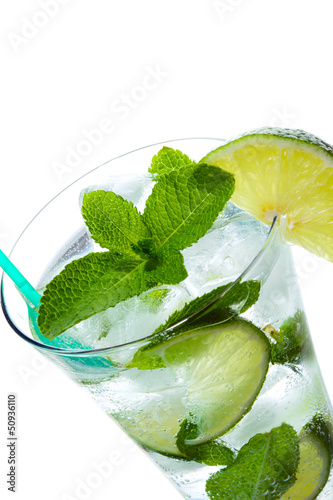 Papier Peint - Mojito Cocktail close-up isolated on white