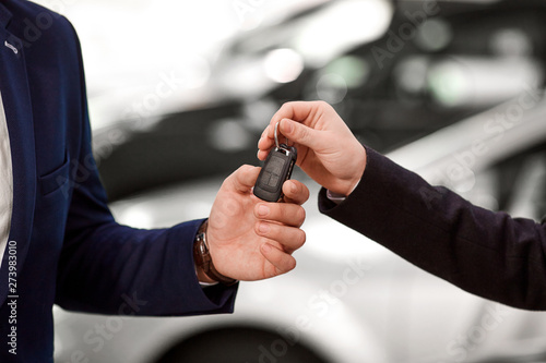 Papier Peint - Keys to the car in the hands of the seller and the buyer of the