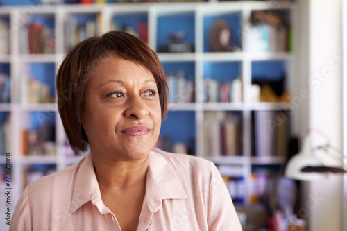 Papier Peint - Smiling Mature Woman In Home Office By Bookcase