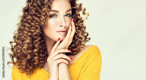 Papier Peint - Beautiful Curly Hair. Smiling Girl With Healthy Wavy Long Blonde Hair. Portrait Happy Woman With Beauty Face, Sexy Makeup And Perfect Hair Curls. Volu