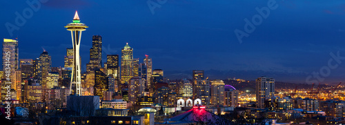 Papier Peint - Seattle skyline panorama with Space Needle at dusk, WA, USA