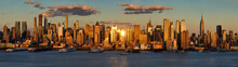 Papier Peint - New York City sunset on Midtown West and its skyscrapers. Panoramic view on Manhattan and the Hudson River banks