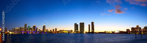 Papier Peint - Downtown Miami skyline panorama and Biscayne Bay at dusk