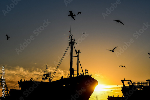 Papier Peint - cargo ship in sea at sunset, photo as background