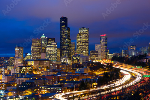 Papier Peint - Seattle skyline with traffic at dusk, WA, USA