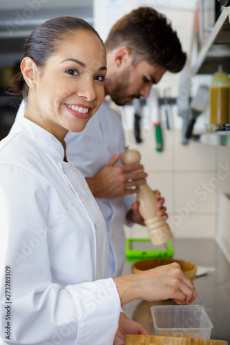 Papier Peint - female kitchen staff smiling