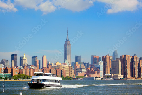 Papier Peint - Ferry and Manhattan skyline in background, New York City