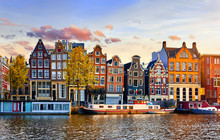 Papier Peint - Amsterdam Netherlands dancing houses over river Amstel landmark in old european city spring landscape.