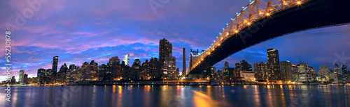 Papier Peint - NYC Queensboro Bridge and Manhattan skyline panorama at dusk